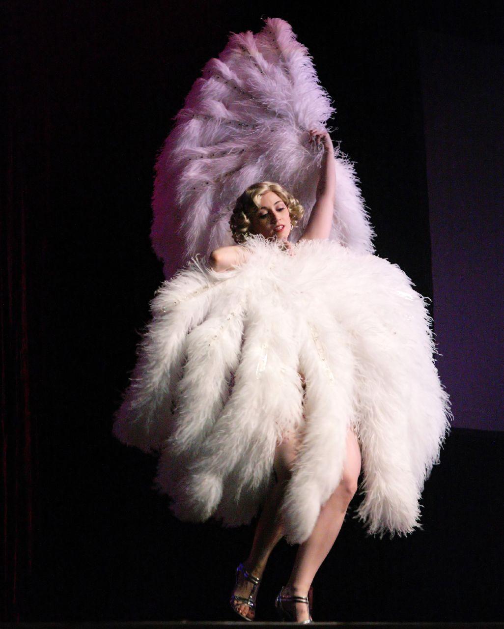 http://1.bp.blogspot.com/_FYHycwThyuw/TVAafGokmbI/AAAAAAAAB9A/Lp0SJM-oRU8/s1600/burlesque010.jpg