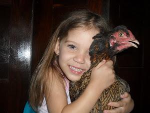 Clara e sua galinha de estimação terezinha