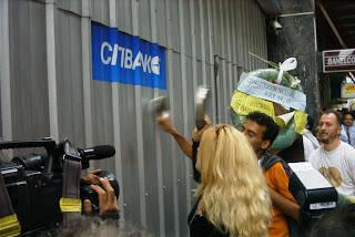 http://1.bp.blogspot.com/_Fif7e_s8AFY/TMNLcRA-ZZI/AAAAAAAAAv8/SJe54Lf1xi0/s1600/Buenos_Aires_-_Manifestación_contra_el_Corralito_-_.JPG