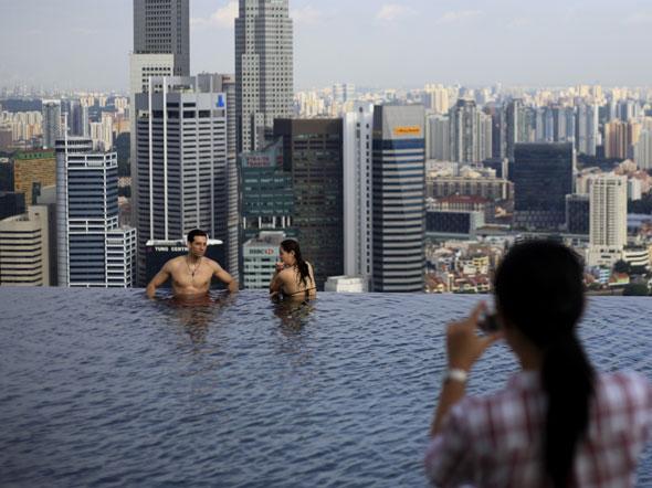 CHIZWA: Singapores Skyscraper Infinity Pool