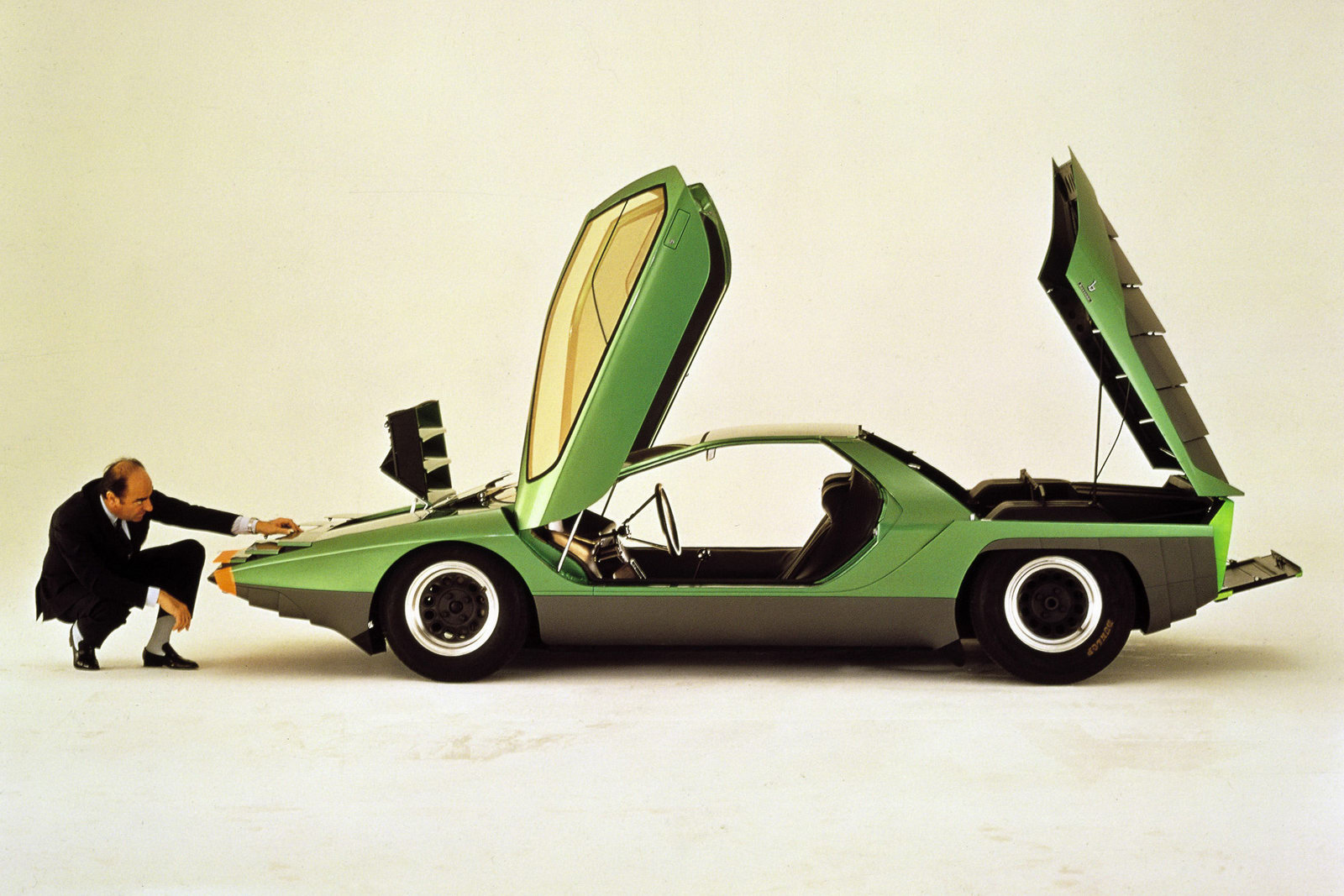 http://1.bp.blogspot.com/_FoXyvaPSnVk/S_ydpXAh2vI/AAAAAAAC4-c/Km_JR7O2SSA/s1600/Bertone-Alfa-Romeo-Carabo-8.jpg