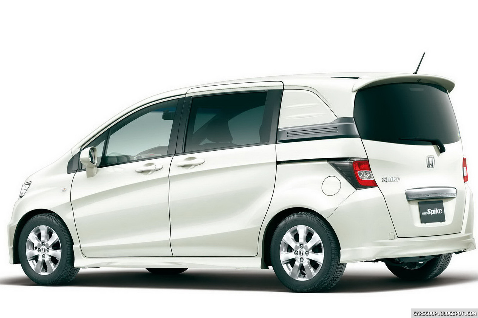 Carscoop New Honda Freed Spike Quot Lifestyle Quot Minivan Debuts