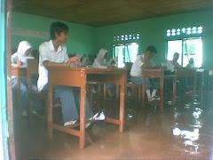 Pasca banjir bandang, siswa sedang ikut ujian
