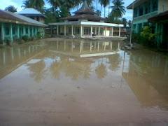 Masjid di tengah kepungan banjir
