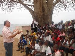 Pastor Jair evangelizando alunos que estavam em um museu