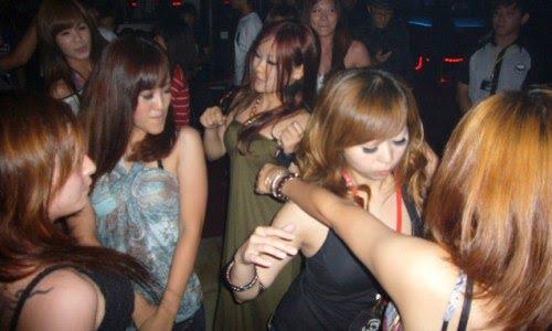 girls clubbing