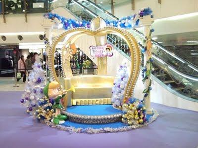 一邊是皇冠造型的沙發, 很有奇幻的感覺