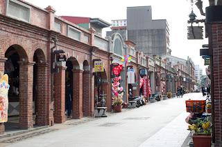 筆直的老街, 兩旁排滿商店