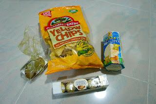 從左面數起: 是小麗的曲奇~ 末日狼的栗米片(幸好不是薯片[抖])~ Mimoriさん 的金莎還有貓fish熊仔餅
