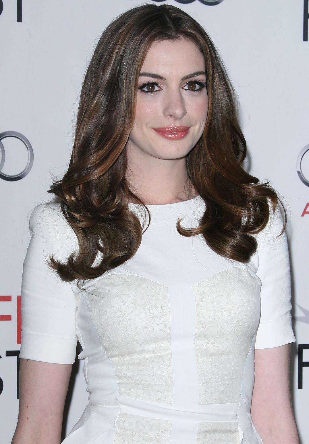 http://1.bp.blogspot.com/_FzLeCtJarvU/TNgN6c4d06I/AAAAAAAAEnk/z_oIaiPAqaw/s1600/anne_hathaway_white_dress.jpg
