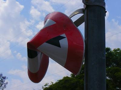 помятый дорожный знак