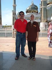 Bersama isteri Rusilah Jais di depan Masjid Kristal Terengganu 2007