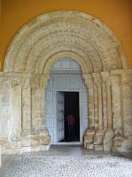 Cangas de Onís, iglesia de San Pedro de Villanueva, portada
