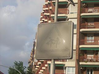 señal de transito con placa solar