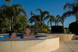 Chicos en la piscina de niños