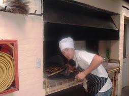 Dante cocinando las empanadas..