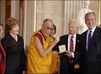 Le Dalaï Lama recevant la Médaille d'Or d'Honneur du Congrès américain le 17 octobre 2007 à Washington DC. Image Sonam Zoksang/ICT.