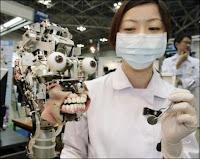 Yuko Uchida montrant le mécanisme du robot Simroïd au cours du salon de la robotique le 28 novembre 2007.