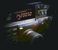 Emetteur-récepteur onde-courte Yaesu FT1000MP Mark V calé dans la bande radioamateur des 20 m (14.200 MHz).