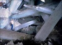 Les cristaux géants de gypse découevrts dans une grotte dans la mine de Naica, au Mexique. Document NGS.