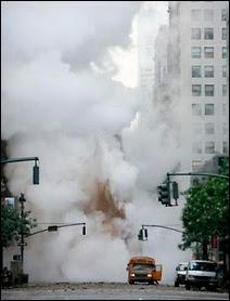 Explosion d'une conduite souterraine de vapeur à Manhattan le 18 juillet 2007.
