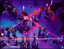 Faisceau laser servant à tester les propriétés de la lumière. Document ANU.