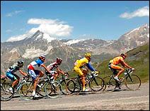 9eme étape du Tour de France 2007 (Val-d'Isère/Briançon). Durant le Tour, plusieurs concurrents sont chaque fois contrôlés positifs, y compris certains maillots jaunes. Document Letour.fr.