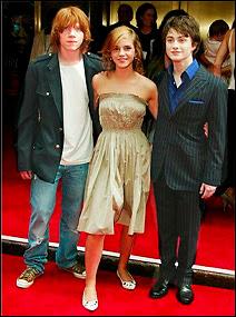 Les trois héros des films de Harry Potter, les ennemis du monstrueux Lord Voldemort. De gauche à droite, Rupert Grint (Ron Weasley), Emma Watson (Hermione Granger) et Daniel Radcliffe (Harry Potter) lors de la sortie du 5eme film en 2007.