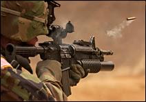 Le fameux M4, de la famille du M16, un .45 qui remplace de plus en plus le M16