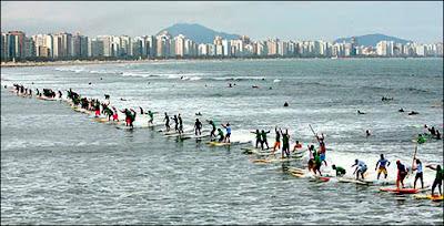 84 surfers sur la même vague à Santos, au Brésil. Document Earthwave.