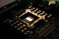 Le microprocesseur de 80 cores installé dans son chassis sur la carte CPU. Document Intel.
