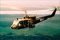 Un hélicoptère du LHAS Three, 7e Détachement, survolant la vallée du Mekong durant la guerre du Vietnman.