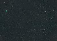 La comète 17P/Holmes (en vert, en haut à gauche), photographiée le 26 octobre 2007 à 1h30 TU par Michael Jäger. Il utilisa réflex équipé d'un téléobjectif Leica de 180 mm f/3.5.