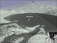 Reconstruction 3D du lac Cheko à partir de données topographiques et de photos aériennes. Le catamaran est le bateau utilisé par les géologues italiens. Le cercle dans l'insert est une émission sous-marine de gaz. Document Gasperini et al., U.Bologne.