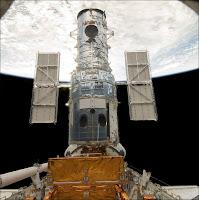 Le Télescope Spatial Hubble en maintenance dans la baie de la navette Atlantis le 13 mai 2009. Image corrigée par l'auteur. Document NASA.