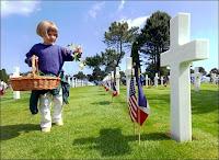 Visteurs anonymes au cimetière militaire de Colleville-sur-mer. Document Yvon Le Caer.