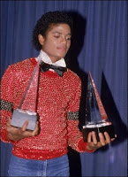 Michael Jackson en 1969 tenant en main 2 Grammy Awards.