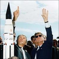 Von Braun expliquant le système de fusée Saturn au président John F. Kennedy en 1963 devant le Complex 37. Document NASA.