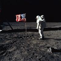 Buzz Aldrin saluant le drapeau américain au cours de la mission Apollo 11 le 21 juillet 1969.