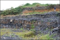 Site fossilifère gabonais près de Franceville, où ont été découverts dans des sédiments vieux de 2,1 milliards d'années, des macrofossiles centimétriques.  © CNRS Photothèque/F. Ossa Ossa