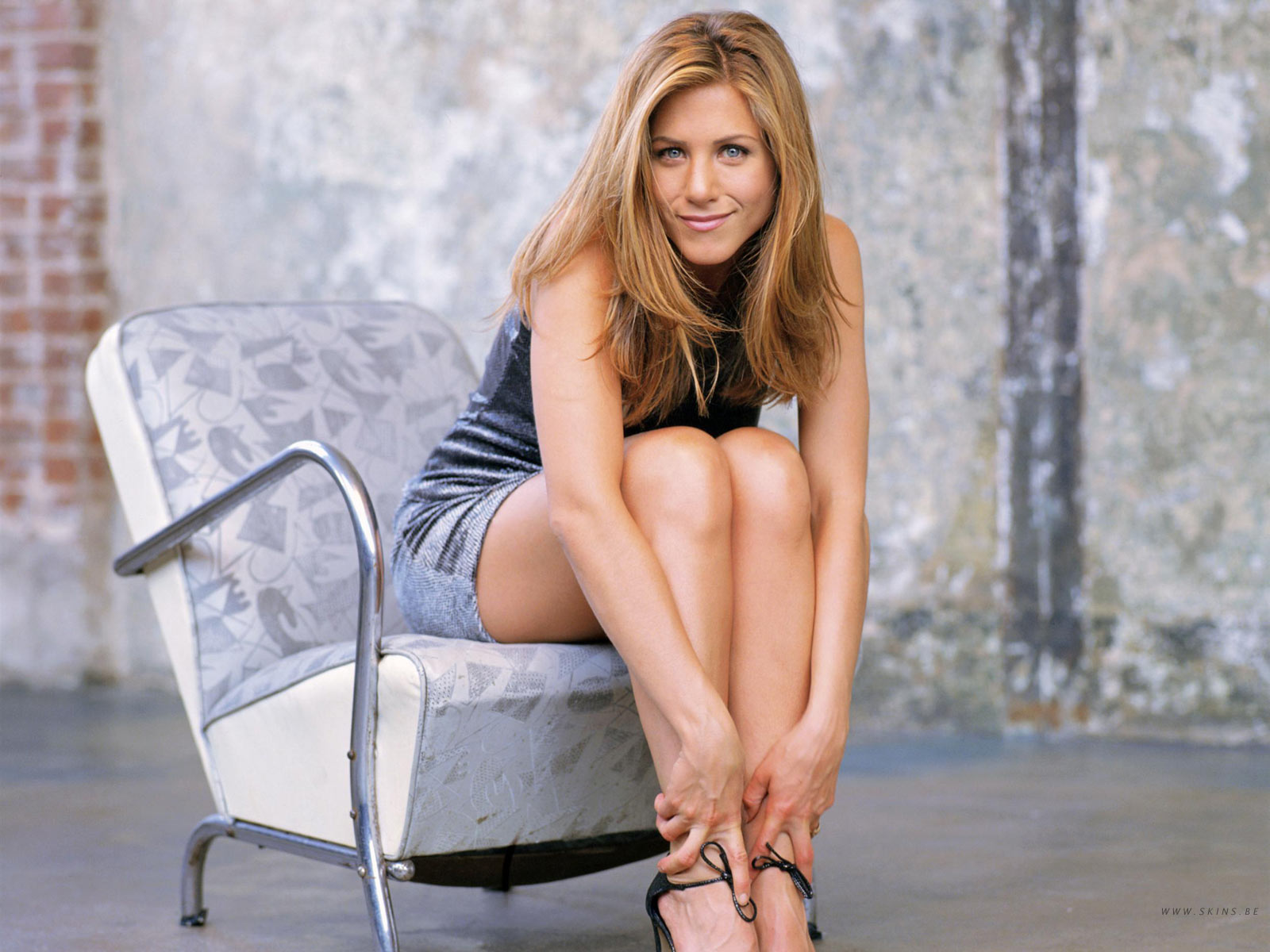 http://1.bp.blogspot.com/_GCAuqodmOE4/TRvTWgve_XI/AAAAAAAAGQw/wtiw6VYIsMM/s1600/Jennifer+Aniston+Famous+Modeling+Pics+On+Chair+%25282%2529.jpg