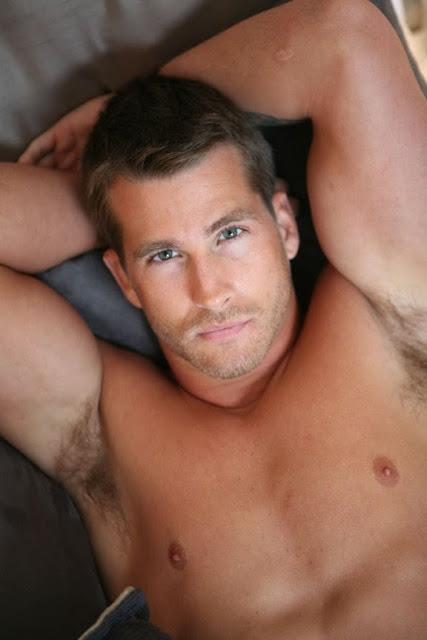 Hombres desnudos axilas peludas
