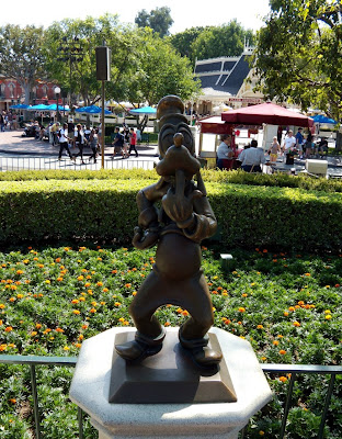 Goofy sculpture at Disneyland