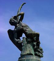 Estatua al Ángel Caído en el Parque del Retiro de Madrid
