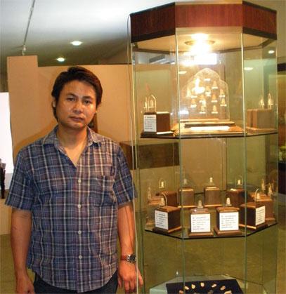 25 พฤศจิกายน 2553 ได้ไปมอบชุดพระสกุลลำพูน ให้แก่ พิพิธภัณฑ์สถาณแห่งชาติลำพูน