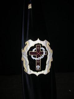 Bandera de la COFRADÍA DEL SANTÍSIMO CRISTO DE LA CARIDAD EN SU VÍA CRUCIS. Foto: Pozoblanco News, las noticias y la actualidad de Pozoblanco * www.pozoblanconews.blogspot.com