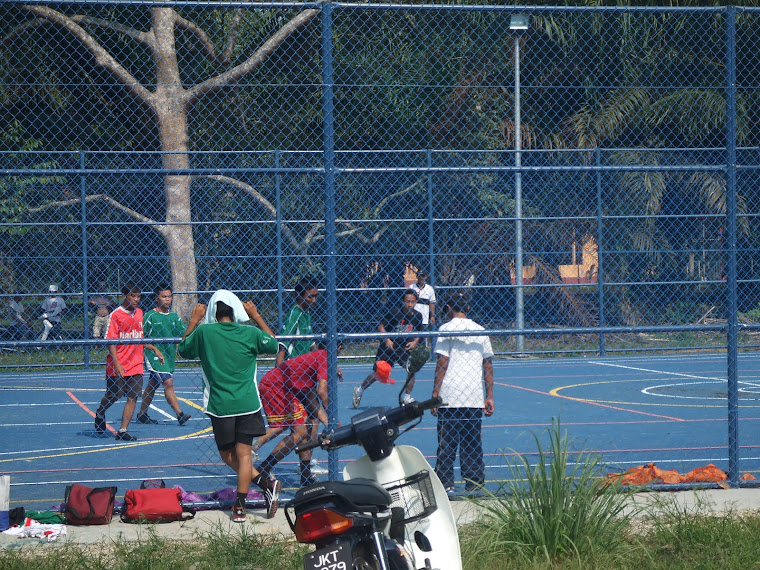 REMAJA BERMAIN FUTSAL
