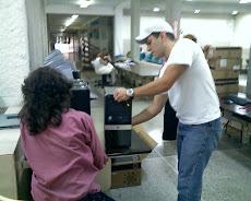 Preparando los equipos para cada dependencia de la UNE junto a un LCD MONITOR de 17 pulgadas