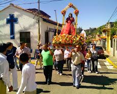Peregrinación Santa. Rosalía de Palermo sube al sector El Calvario del pueblo de El Hatillo