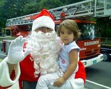 Más de 1700 niños en la UNE, mientras reciben regalos
